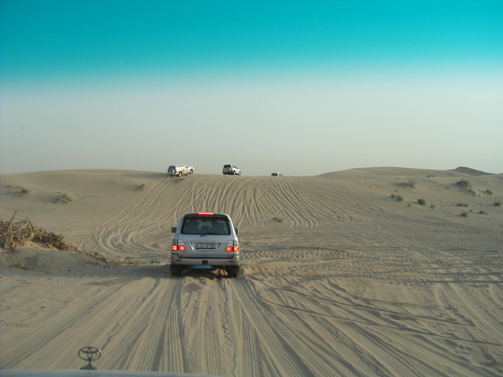 ドバイで砂漠を疾走する